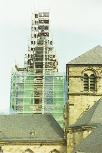 Kirchturm mit Baugerüst