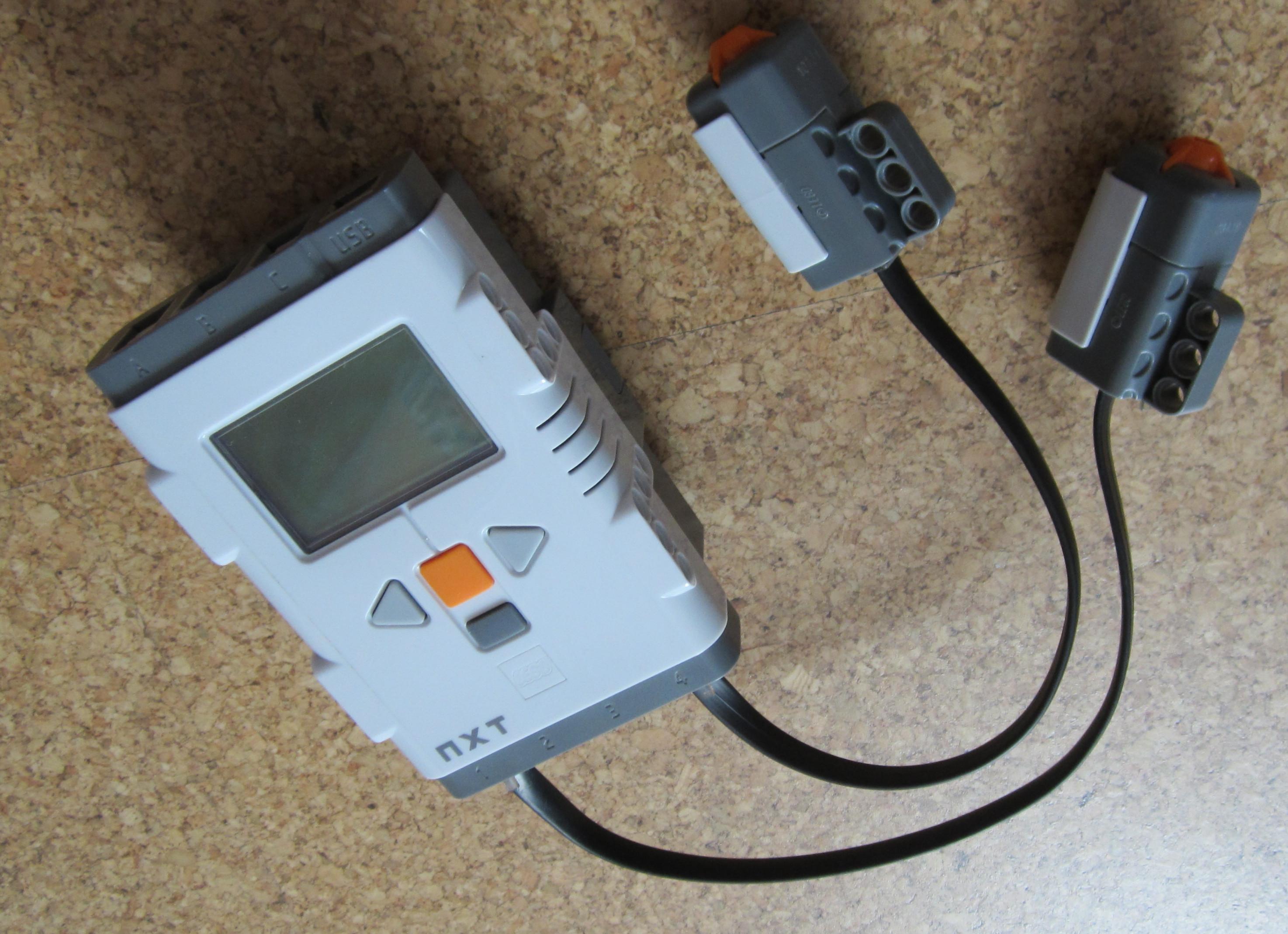 NXT-Baustein mit zwei angeschlossenenTastsensoren